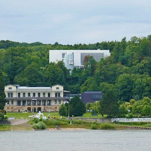 Das Museumsgebäude oberhalb des Bahnhofs Rolandseck