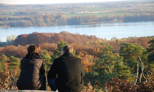 toppen har man en milsvid utsikt över det omgivande landskapet.