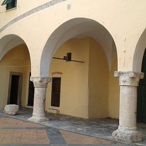 La bella loggia situata accanto alla chiesa