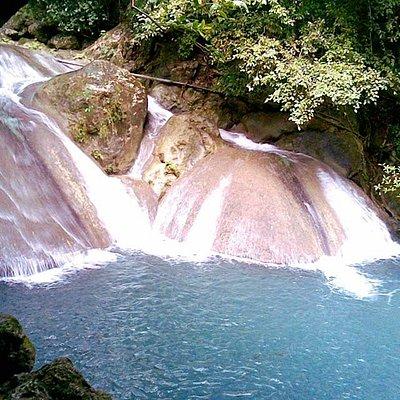 Le quatrième niveau des cascade de Erawan à Kanchanaburi offrent deux toboggans pour plonger dans un bassin aux eaux couleur émeraude.