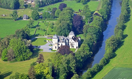 Vue aérienne du Château de Lassus au bord de l'Ourthe