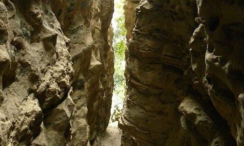 """Siamo a Smerillo nel Parco Nazionale dei Monti Sibillini, la spaccatura nella roccia si chiama """"Fessa"""" all'interno si possono ammirare fossili di 3,5 milioni di anni fa."""