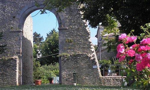 """Smerillo, Porta Nord dell'antico Cassero, da qui inizia il breve sentiero che porta alla """"Fessa"""""""