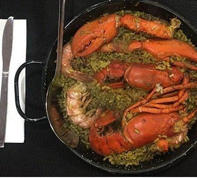 Sabías que el bogavante es uno de los mariscos más deseados del mundo? 🌍 así que, un plato con este gran crustáceo no puede salir mal, sobre todo si se acompaña de arroz, con un buen sofrito y un fumet casero. Este plato es uno de los más pedidos en #AlussesRestaurante ¡Ven a probarlo y no te arrepentirás! .