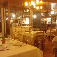 L'interno del ristorante caldo e accogliente.