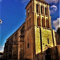 Une église remarquable dans un centre-bourg charmant