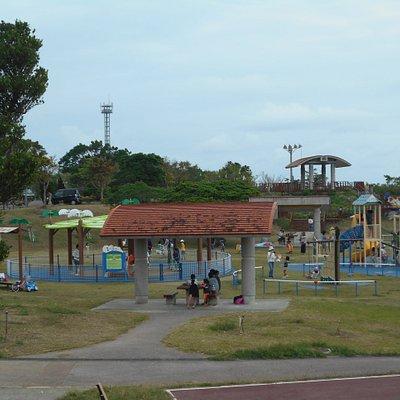 遊具が充実した児童公園の風景