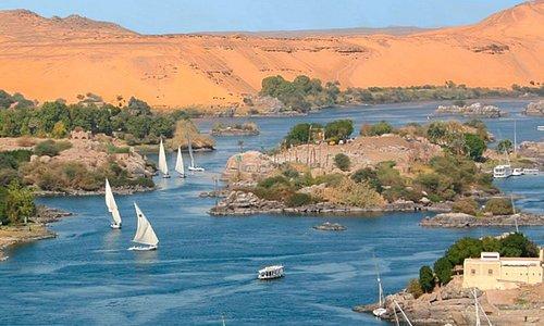 """Assuan  •Questa regione , era nota nell'antichita' , come la porta meridionale dell'egitto che forniva l'egitto con I beni dal Sudan e dai paesi africani , soprattutto l'incenso che si usava nei templi e nelle tombe , e gli oli aromatici e le pelli degli animali e l'avorio .Assuan e' famosissima delle Cataratte nel Nilo """" sono montagnette di Granito nel mezzo del Nilo"""