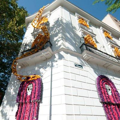 Para festejar el día de Muertos, vestimos nuestra fachada de un altar de muertos, gracias a la intervención de Betsabeé Romero
