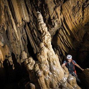 Grande sala con concrezioni nelle Grotte di Equi