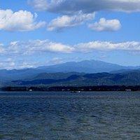 柴山潟湖畔公園からの眺めです。柴山潟と霊峰白山。左の白い所は噴水です。