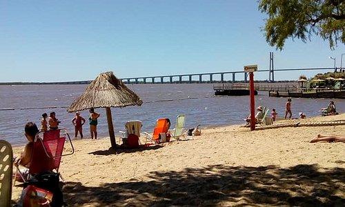 Vista al río Paraná desde la playa. Puede verse el puente que une Rosario con Victoria.