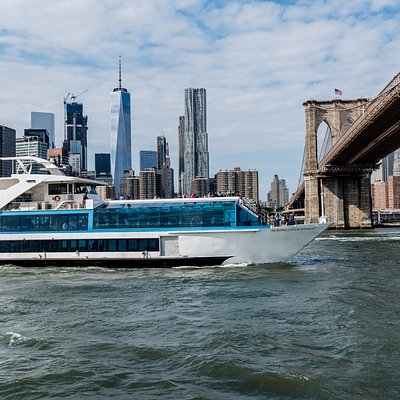 Hornblower Hybrid cruising under the Brooklyn Bridge