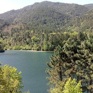 Le lac a toute sa place au milieu de ces montagnes, jonchée à 1000m d'altitude