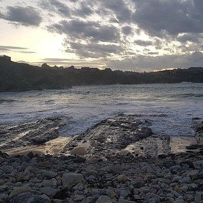 Los atardeceres más bonitos de Cantabria están en la pequeña y aún desconocida Playa del Portio, muy cerca de Liencres