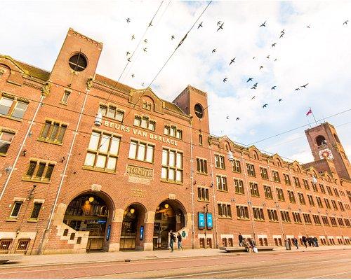 Beurs van Berlage aan het Damrak in Amsterdam, op loopafstand van het Centraal Station.