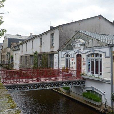 un canale con le case