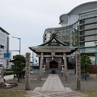 JR尾道駅前のビルに囲まれた場所にある