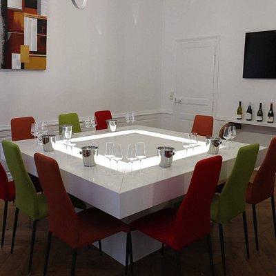 """Notre salle de dégustation """"Baron de Joursanvault"""", allie authenticité et modernité."""