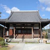 西明寺の本堂と親鸞聖人像