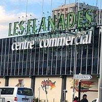 Centre Commercial Les Flanades, côté avenue Auguste Perret, station du T5 «Les Flanades»