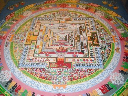 Mandala de Kalachakra, 1990 Art del Tibet fet per monjos d'un monestir de l'Himalaia, amb arena coloretjada amb pigments naturals. Obsequi de sa Santetat el Dalia Lama al poble de Pollença