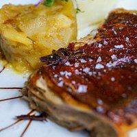 Cochinillo crujiente con parmentier de patatas y manzana confitada