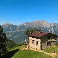 Il Rifugio Alpino Giuseppe Buzzoni si affaccia sul massiccio delle Grigne.