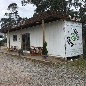 Área externa da loja, para os apreciadores de uma boa cerveja.