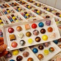 Temper Chokolade filled chocolates.