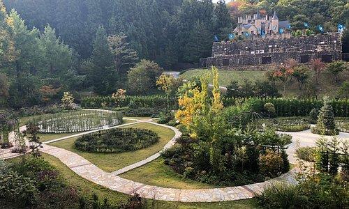 「William's Garden」はヨーロッパの迷宮庭園の歴史と花木の美しさにフォーカスしたイングリッシュガーデン。 お城と森に囲まれたフォトジェニックな庭園が、四季折々の花々のやさしい色と香り、安らぎをいっぱい感じられるお洒落な空間へ皆様をいざないます。