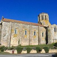 Un chef-d'oeuvre roman en très bon état général : une église vide mais accueillante