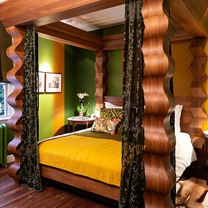 Bedroom of the Green Suite with the 4 posterbed and view of the garden