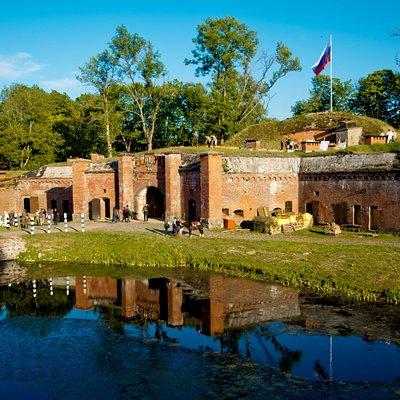 Центральный вход и отражение во рву - визитная карточка форта №11 «Дёнхофф».
