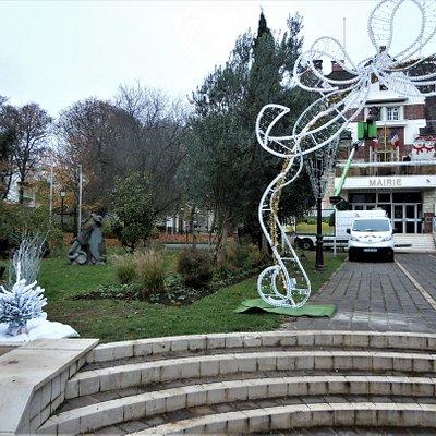 La sculpture sur la pelouse de la mairie