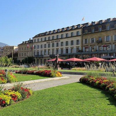 Esplanade du Mont-Blanc, longeant l'hôtel Beau-Rivage