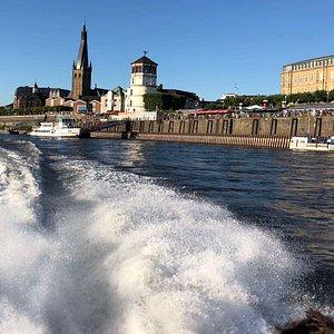 Wir ziehen die Blicke auf Sie mit unserem Speedboot an der Rheinufer-Promenade entlang