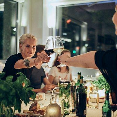 Entspannt können die Gäste gemeinsam die Zeit nach dem Festessen genießen.