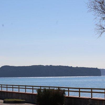 L'isola di Dino vista dal lungomare Sirimarco