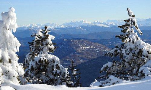 Obiou   sommet  culminant  Devoluy  -  Grand Ferrant GR4  Chemin de  Crêtes   On ne Voit pas le  Mont Blanc  masqué par Obiou depuis le  Ventoux  - Carnets du Ventoux n°79