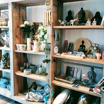 Verscheidenheid aan woon/ accessoires en cadeau artikelen, vaak handgemaakte producten of met een mooi verhaal. Voor ieder wel wat leuks te vinden.