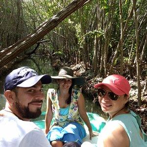 Costa Esmeralda, mucho de lo que Yucatán te ofrece, en una sola experiencia: Salineras color rosa, flamingos, recorrido en chalana por el manglar, nado en ojo de agua, taller de artesanías de coco, y comida en la playa.