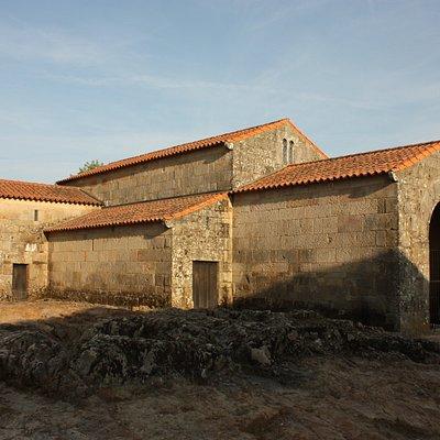 Vista exterior de la iglesia del siglo X, construida sobre un afloramiento rocoso