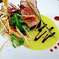 Tataki di tonno in crosta di pistacchi misticanza allo zenzero e marmellata di lamponi