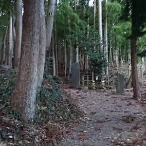 この坂の奥にあるのが実方の墓