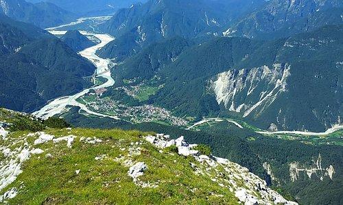 https://locandasangallo.wixsite.com/locandasangalloPhon;  0039 3496142391 ( Whats App e Viber ) Paesaggio che si presenta scendendo dalla Moggesa di Qua, molto visitata, come Moggesa di Là, Stavoli, Dordolla , Parco Naturale Prealpi Giulie...Posto ideale per le  lunge e tranquille camminate nei affascinanti boschi. Info ; 0433 550318