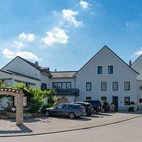 Unser Hotel und Restaurant liegt direkt am Start von Saar-Hunsrück-Steig, Moselsteig und entlang der Moselradstrecke