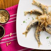 Sarde in saor, piatto tipico della tradizione veneta, che serviamo come antipasto.