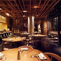 Iluminación cálida, influencia oriental con toque peruanos. Osaka es un lugar en donde se encuentran dos culturas no solo por su cocina.