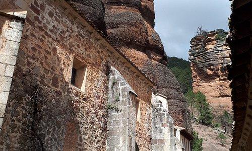 El Santuario de Nuestra Sra. de la Hoz en Guadalajara, está incluido en la ruta de Las Tres Taifas del Camino del Cid. El Santuario está ubicado al pie de una hoz de 100 m de altura, por la parte trasera existe un camino que asciende a la cima desde donde se ve el desfiladero y los pinares. También existen rutas de senderismo  y ruta geológica con paneles informativos. Aprovechen para disfrutar de la comida del restaurante, pero no olviden reservar.